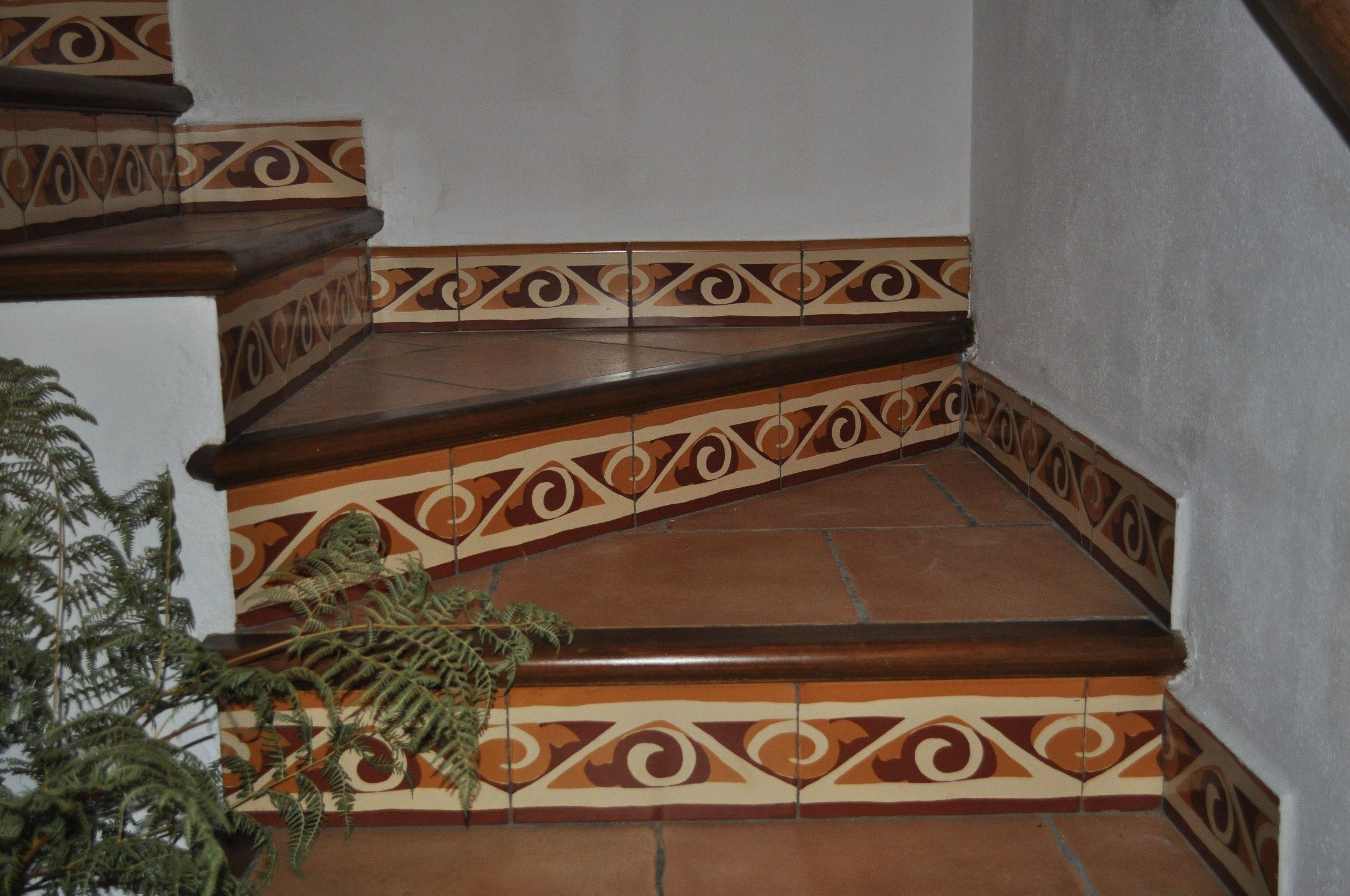 Escaleras cer mica c rcamo for Escaleras baldosas ceramica